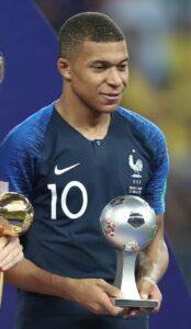 ২০১৮ ফিফা বিশ্বকাপের সেরা উদীয়মান খেলোয়াড়ের পুরস্কার হাতে এমবাপে
